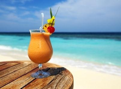 Wat er gebeurt als je alcohol drinkt in de zon