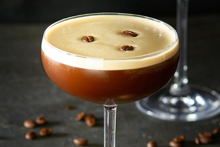 Vijf makkelijke cocktails met koffie om je vingers bij af te likken en die zo op tafel staan